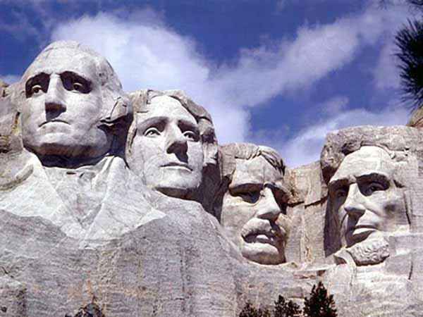 День Президентов США. Гора Рашмор в Блэк-Хилс, Южная Дакота. Джордж Вашингтон, Томас Джефферсон, Теодор Рузвельт и Авраам Линкольн